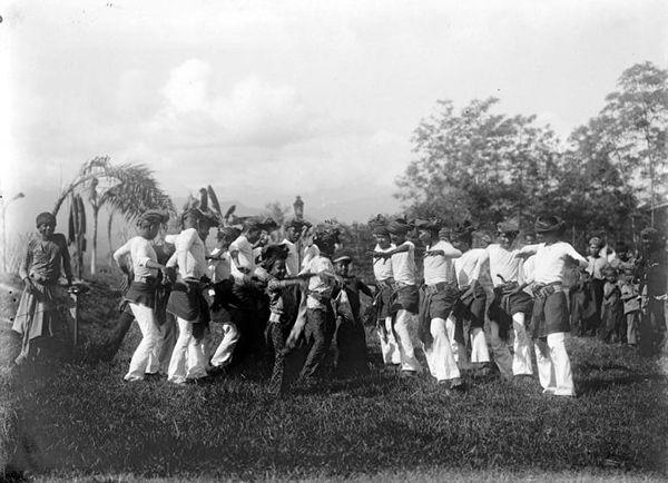 -Seudati dance performed at Samalanga, Bireun, Aceh (c. 1907) Tropenmuseum of the Royal Tropical Institute (KIT)