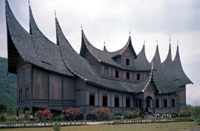 Rumah Minang, contoh keindahan arsitektur khas Nusantara.