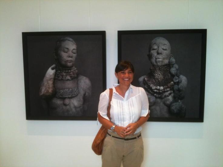 Al Centro Ricerca e Archiviazione della Fotografia (CRAF) di Spilimbergo, davanti a due ritratti del fotografo goriziano Roberto Kusterle - 16 agosto 2012