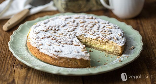 La torta della nonna vegan è la versione senza uova né latticini di un grande classico della pasticceria italiana