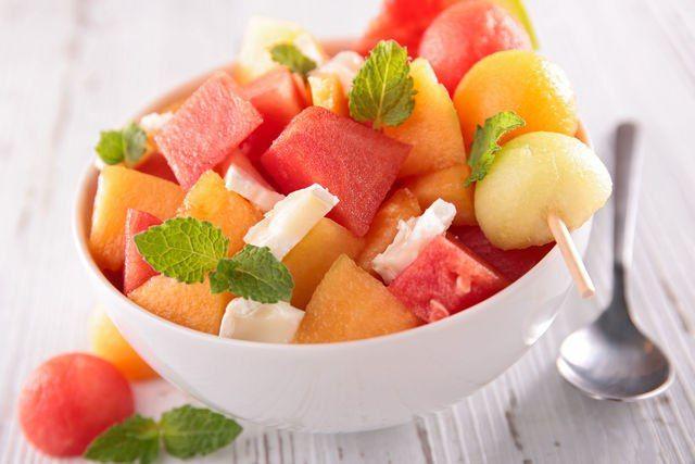 Сладкая феерия: 7 десертов из арбуза и дыни  Арбуз и дыня — две самые вкусные причины любить август. Эти природные лакомства лучше всего утоляют жажду в жару, заряжают организм витаминами, да и просто доставляют удовольствие. Вот почему всем так нравятся блюда из арбуза и дыни. #готовимдома #едимдома #кулинария #домашняяеда #арбуз #дыня #десерты #лето #фрукты #вкусно #сладко