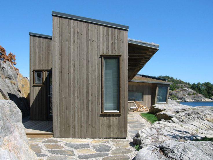 moderne sommerhytte ved kysten med store vinduer stående panel fasade - Skaara Arkitekter AS