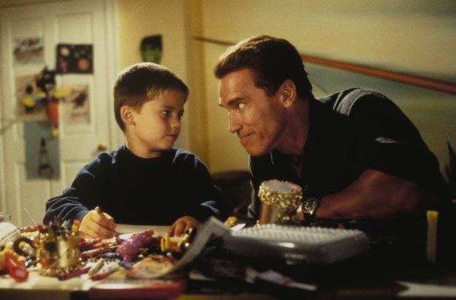 Arnold Schwarzenegger and Jake Lloyd in Jingle All the Way