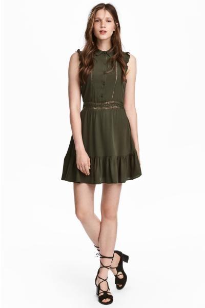ビスコース織物素材のショートワンピース。短いフリルスリーブ。襟付きで、トップス部分にボタン付き。フロントとウエストに細いレースの切り替えが施されています。スカート部分はフレアスタイルで、裾をたっぷりのフリルで切り替えたデザイン。ジャージー素材の裏地付き。