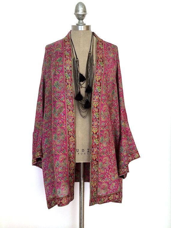 Una splendida giacca kimono seta pura rosa magenta.  Questo ha una vestibilità più oversize.  Ben fatto agli standard di progettazione, con cucitura francese in tutto.  Amo la sua versatilità, che nel tempo diventerà unaggiunta senza tempo al tuo guardaroba che si può tirare fuori, anno dopo anno...  Tutti i miei capi sono fatti dal puro fino in bici vintage seta indiano, sono pezzi unici, no due mai lo stesso!  Mentre ogni sforzo è stato fatto nel processo di taglio, possono verificarsi…
