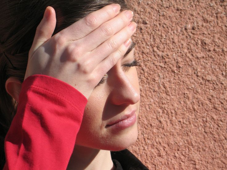 Enxaqueca: elimine-a de vez - Jaime Bruning - Existem dois tipos de enxaqueca pelo menos, a causada pelo vírus Encefalite japonesa e RS vírus, pelo mau funcionamento do fígado e vesícula. O segundo tipo, mais forte, tem além dessas causas um verme no cérebro, chamado Trichinella spiralis. Este só sai aplicando na cabeça toda por 15 dias uma mistura de argila com o chá de cipó mil homens e tomando chá de cordão de frade, espinheira santa, gervão ou então a bardana por 20 dias.