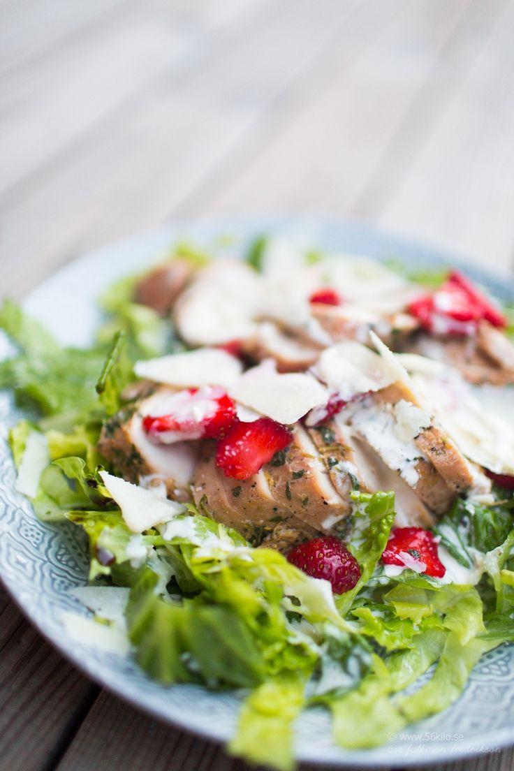 Caesarsallad med jordgubbar och citronmarinerad kyckling