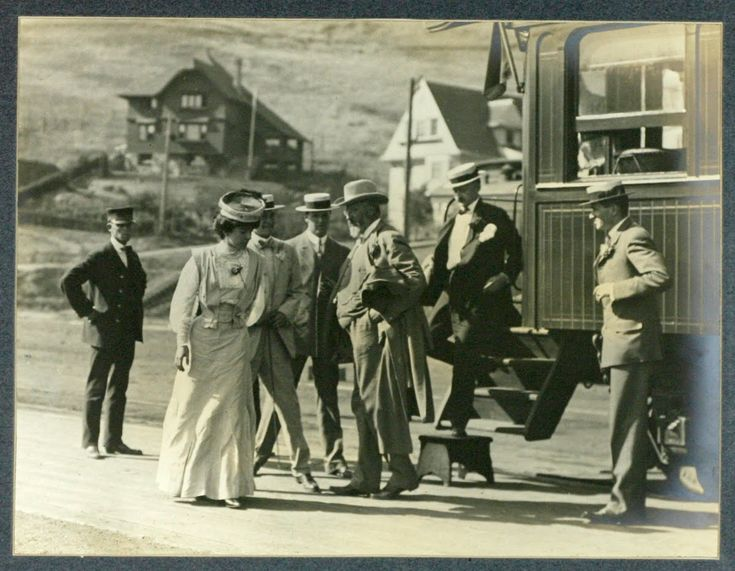 Alice Roosevelt alighting  from the train in Oakland, California, before taking the Ferry to San Francisco, July 5, 1905- Photographer unknown