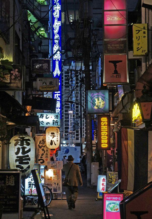 夜散歩のススメ「白い格子がみえる新橋路地」東京都港区