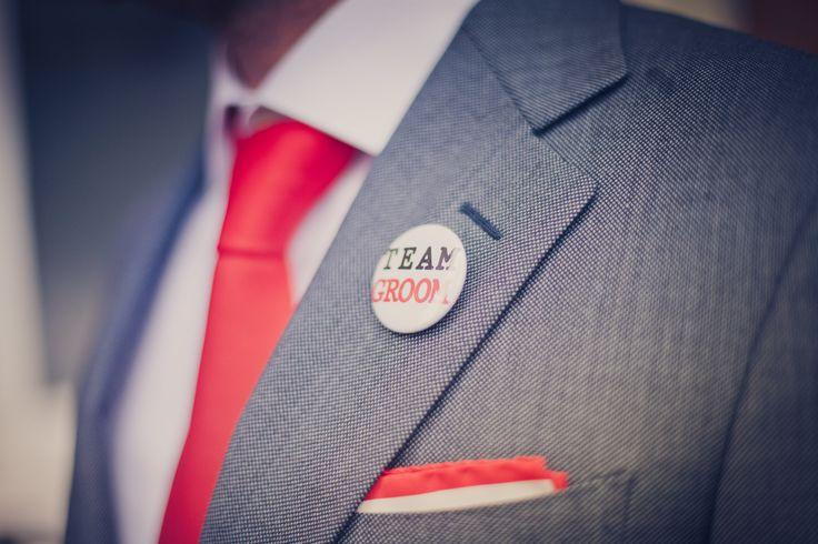 Wat een te gek idee om zowel de bruidegom als de gasten allemaal verschillende buttons als corsage te geven. - Fotocredits: 2Rings