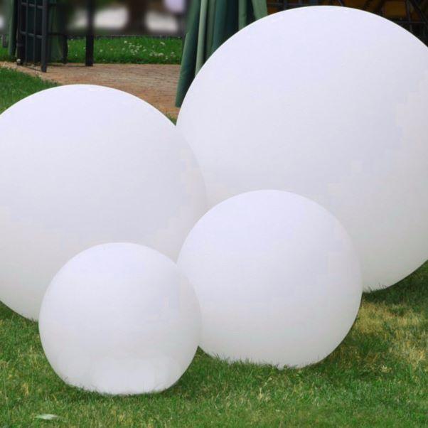 Estetyczna dekoracja do ogrodu - wystarczy kilka białych kul świetlnych #białekule #kule #kuleLED #LedoweKule #kuleogrodowe #Kosiarka_pl #ogarnijogród