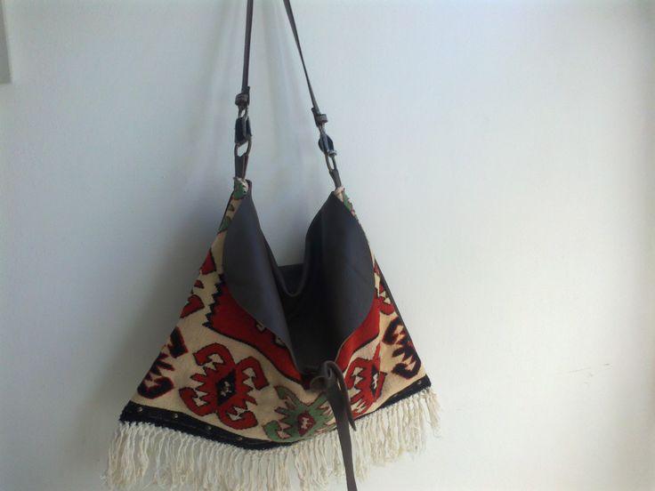 Natascia Ferrini - borsa realizzata con vecchio tappeto e pelle