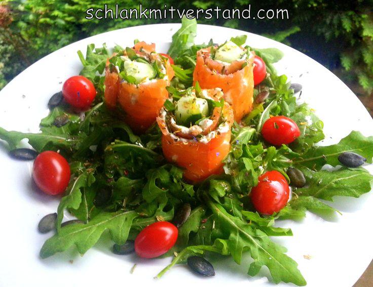Lachsröllchen auf Rucola (low carb) So macht Salat Spaß :-) Zutaten: für 1 Person 3 Scheiben geräucherter Lachs 3 EL Frischkäse bunter Pfeffer 30 g Rucola 1 Stück Salatgurke ein Paar Kirscht…
