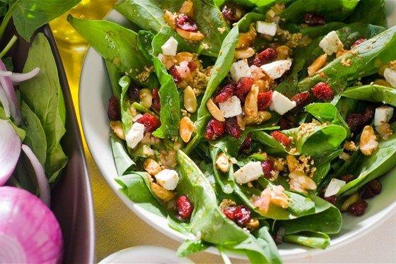 Зеленый салат с козьим сыром, сушеной клюквой и арахисом