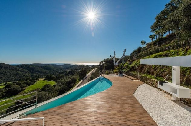Modern villa for sale in Montemayor. A brand new villa, very modern, open plan in the Monte Mayor Golf Resort. South facing with spectacular views.