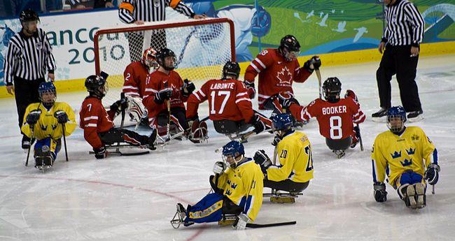 A imagem mostra seis jogadores de uniforme vermelho e quatro de uniforme…