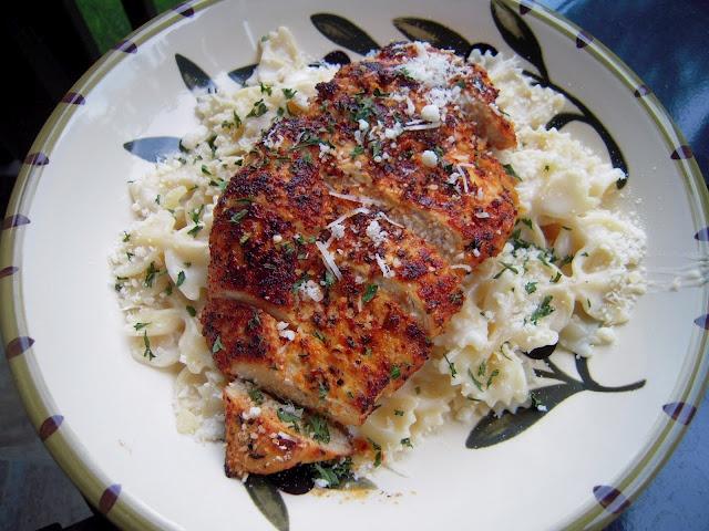 Yum: Chicken Recipe, Maine Dishes, Alfredo Sauces, Yummy Food, Roasted Garlic, Plain Chicken, Garlic Alfredo, Blackened Chicken, Chicken Alfredo