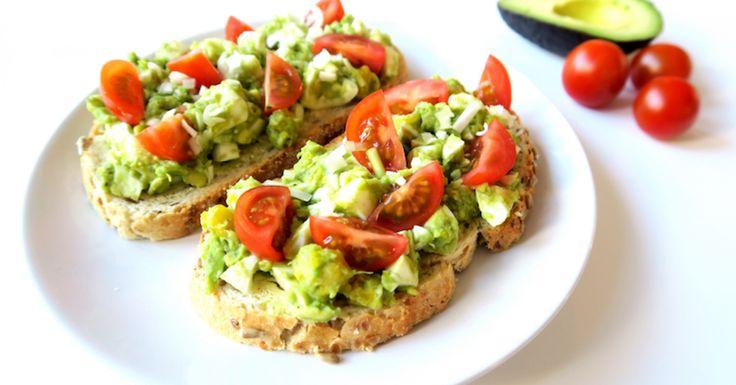 Deze geven de avocado-eiersalade een beetje pit, maar ook afwisseling qua smaken. Met dit recept zet je binnen 15 minuten een lekkere, gezonde, huisgemaakte lunch op tafel