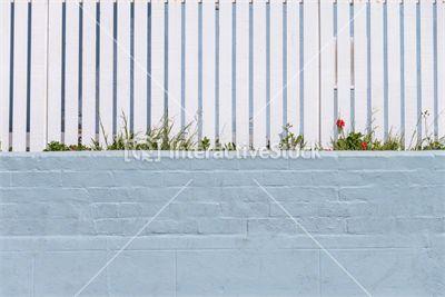 Bardzo przyjemne dla oka zestawienie kolorów #biel #błękit #płot #drewno #kwiaty #wiosna #architektura