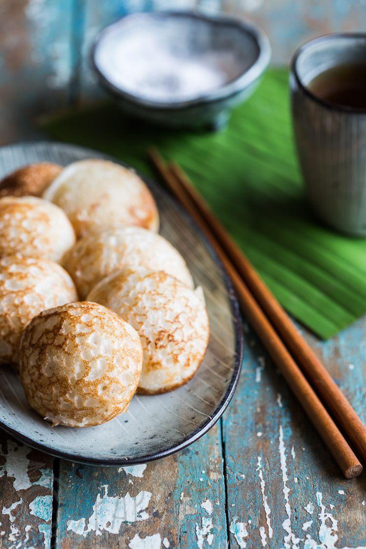 Deze zoete poffertjes gemaakt met rijstmeel en kokos brengen altijd herinneringen terug aan Azie! | papertravels.nl