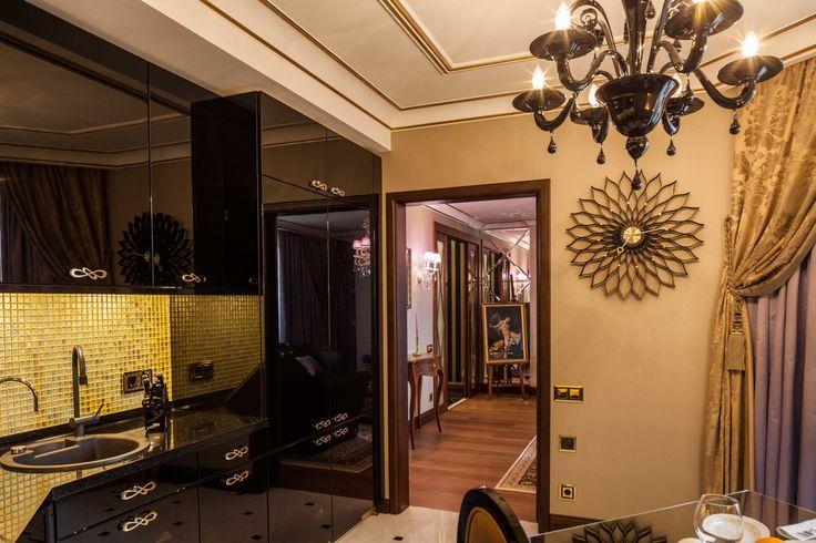 Вид из кухни в гостиную. Люстра из черного стекла подобрана к черным глянцевым фасадам кухни. architectural studio INSCALE #kitchen #artdecokitchen #kitchendesign #design #interior #homedecor #interiordesign #inscale #inscalestudio #artdeco / интерьер в ар-деко / дизайн квартиры / дизайн квартир петербург / кухня в ар-деко