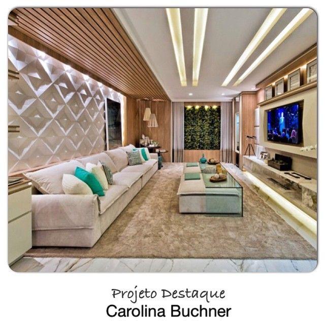 O projeto destaque realçou o teto com iluminação embutida no gesso e  detalhe em madeira.
