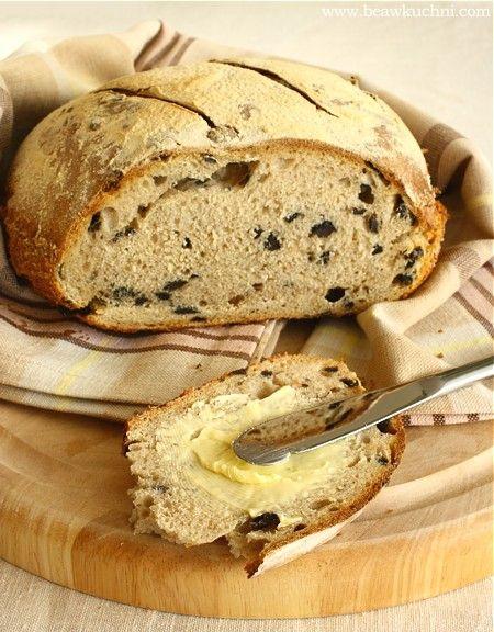 Chleb z oliwkami (na zakwasie)  przepis tu: http://mojamalakuchnia.blogspot.ch/2009/09/weekendowa-piekarnia-41.html