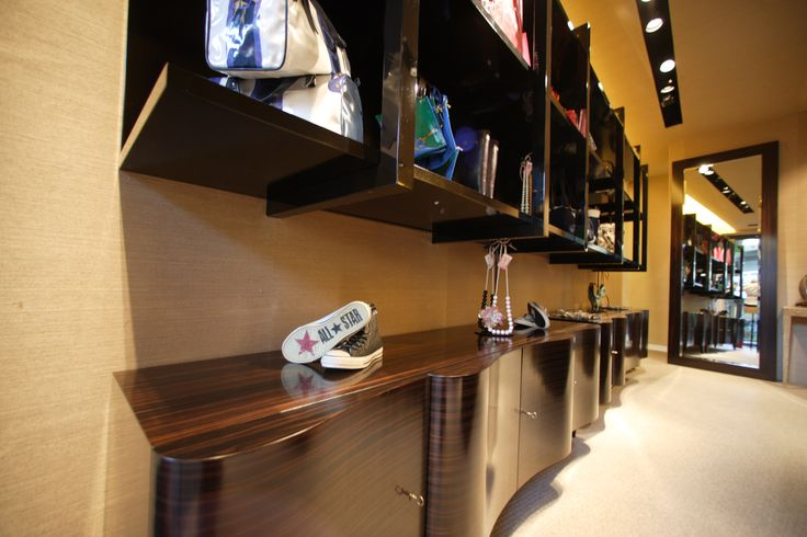 DOM EDIZIONI Luxury store #domedizioni #luxurystore #wavecabinet #luxuryfurniture #cabinet #ebony