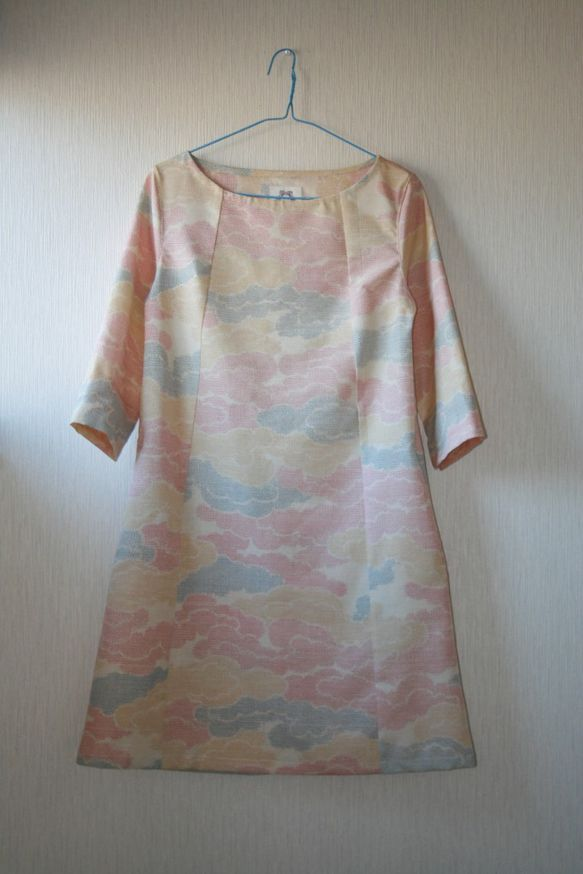 昭和にかけて作られたと思われる紬の着物を丁寧にほどき、洗い、シンプルな7分袖ワンピースを作りました。紬特有の張り感と軽さがある春のワンピースができました。着る...|ハンドメイド、手作り、手仕事品の通販・販売・購入ならCreema。