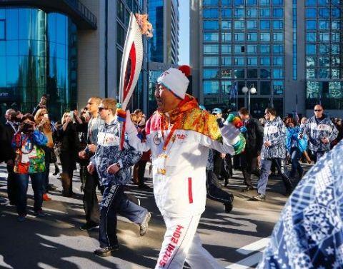 Le secrétaire général des Nations Unies Ban Ki-moon arrive avec la flamme olympique à Sotchi, le 6 février 2014 JO-2014: la Russie inaugure avec fierté ses premiers jeux Olympiques d'hiver