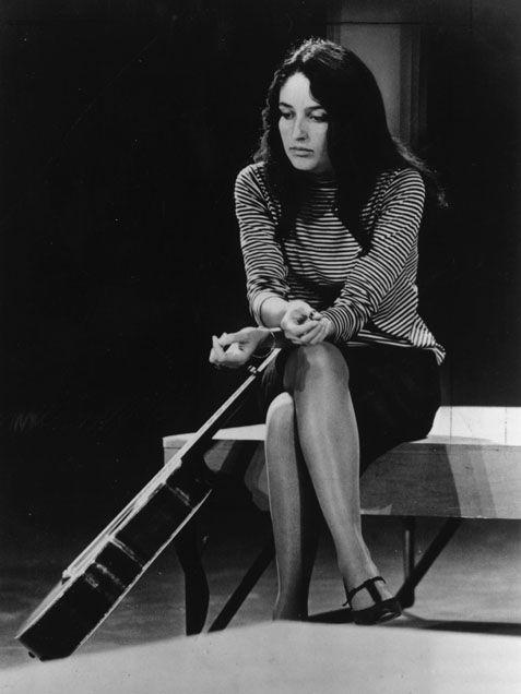 -Joan Baez- est l'une des voix des années 1960 et 1970. Cette Soprano, souvent surnommée « la Reine du Folk », « la Madone des Pauvres Gens ». -elle impose Bob Dylan et ses chansons au public américain ainsi qu'au monde entier. Elle chante des ballades Anglo-Irlandaises adaptées en Folk Américain au Gospel. Soucieuse de 'son Rôle d'Artiste Engagée à Délivrer un Message de Paix et de Liberté, -Contre la Guerre et l'Injustice', elle est notamment une Amie et Supportrice du Pasteur Martin…