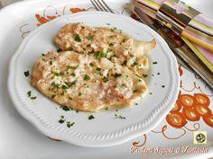 Petto di pollo con salsa delicata al prosciutto, una ricetta molto facile e gustosa da servire accompagnato con soffice purè di patate oppure verdure cotte.