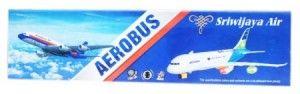 53.000  Pesawat mainan Sriwijaya Air berkelipan lampu di sayapnya. Pada saat berjalan jika menabrak sesuatu yang ada di depannya maka akan berputar ke arah yang lain. Ada suara pesawat. Menggunakan 3 buah baterai ukuran AA. Volume 1kg