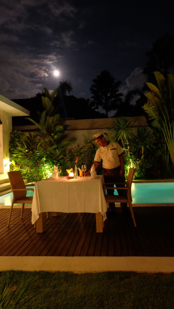 Romantic Dinner on the Pool side with full moon!