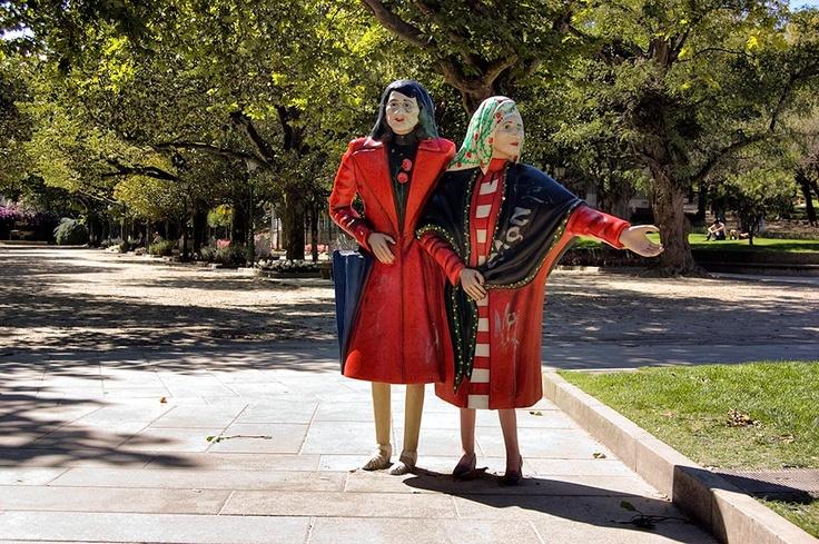 """Escultura en la Ferradura de Santiago de Compostela en memoria de """"Las dos Marías"""""""
