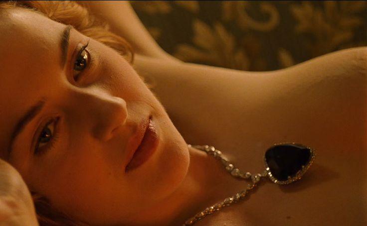 De zilveren ketting met de blauwe hartvormige diamanten hanger die Kate Winslet (Rose DeWitt Bukater) draagt in de film Titanic (1997).