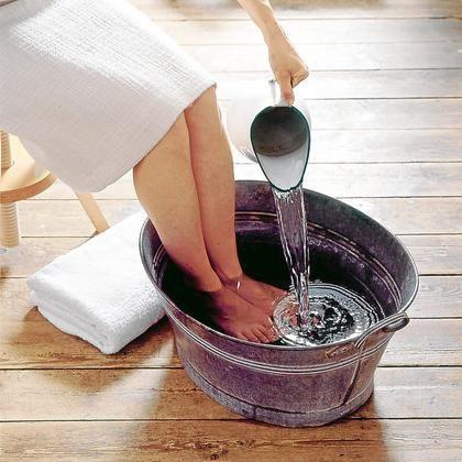 Méregtelenítés- sós vizes lábfürdőben  Két kúra, tavasszal és ősszel és szervezetünket kitisztul. Készítsünk hetente háromszor sóból 10 %-os, 40 C fokos vizet vacsora után két órával, amiben 30 percig áztassuk lábunkat. A víz színe megváltozhat, attól függően, hogy melyik szervünk méregtelenedett. Sárgás, a vese, húgyhólyag, narancssárga, köszvény, reuma, izületi bajok, barna, a máj. A zöldes az epe, szív, ér- és emésztőrendszer hibáira utal, sötét színű, akkor a nehézfémek, cukorbetegség…