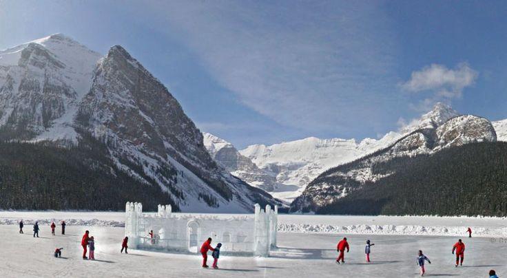 En el lago Louise, Canadá, podrás deslizarte en una inmensa pista de hielo rodeada por un bello entorno.