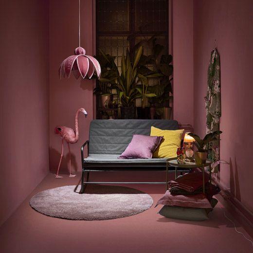 Med skandinavisk enkelhet i åtanke har HAMMARN bäddsoffa från IKEA en snygg design, och den är enkel att göra om från soffa till säng.