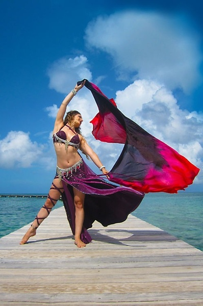 always loved thois bellydance image. if anybody knows who this dancer is, please, comment :)