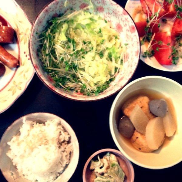 夕ご飯(10/15):がんも大根コンニャクのおでん、トマトの胡麻サラダ、いただきものウインナー2種の焼き塩胡椒、キャベツとブロッコリースプラウトの温サラダ、麦入りごはん。