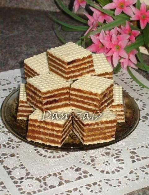 5 foi de napolitane 400 g biscuiti 400 g zahar 200 ml lapte 2 linguri cacao 250 g unt sau margarina esenta de rom cranberries uscate/stafide...