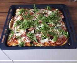 Pizza z szynką szwarcwaldzką i pomidorami