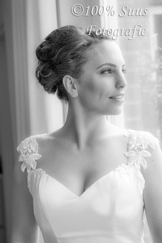 Een prachtige bruid, overdag netjes opgestoken. 's avonds het haar los.
