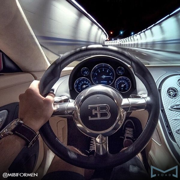 Bugatti Veyron Super Sport •Velocidade máxima em teste: 434 km/h •Velocidade máxima real (limitada eletronicamente de fábrica): 415 km/h •Motor: 16 cilindros - 1.200 cavalos •Aerofólio móvel acionado automaticamente ao atingir 220 km/h •Pneus run-flat - mesmo furados podem rodar até 40km  #bugatti #veyron #road #mibi #milionario #bilionario #topspeed #supercar #veyronsupersport #atnight #velocidade #fortaleza #bugattibrasil #veyronbrasil