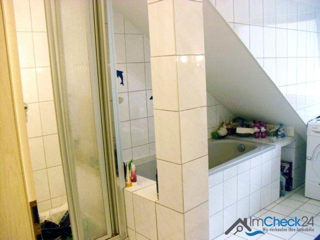 Elegant Tageslicht Badezimmer Mit Dusche Und Badewanne.