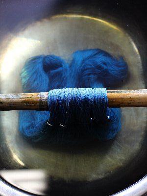 絹糸の藍染め 水洗い Indigo dyeing of the silk yarn / wash in water