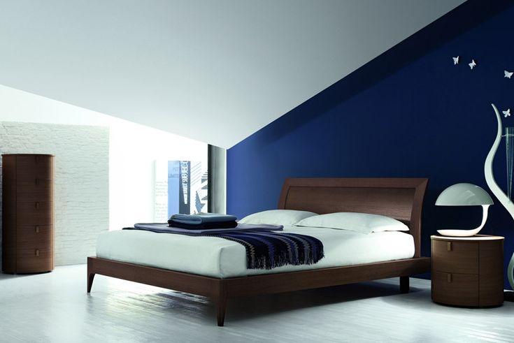 Il letto rovere moro su una parete blu cobalto