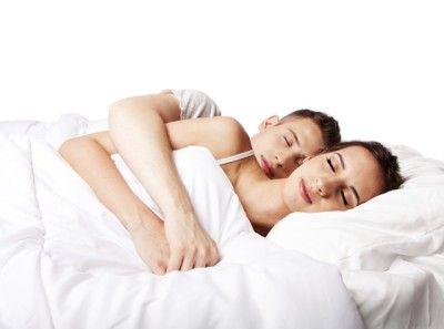 Gelukkige koppels slapen tegen elkaar aan