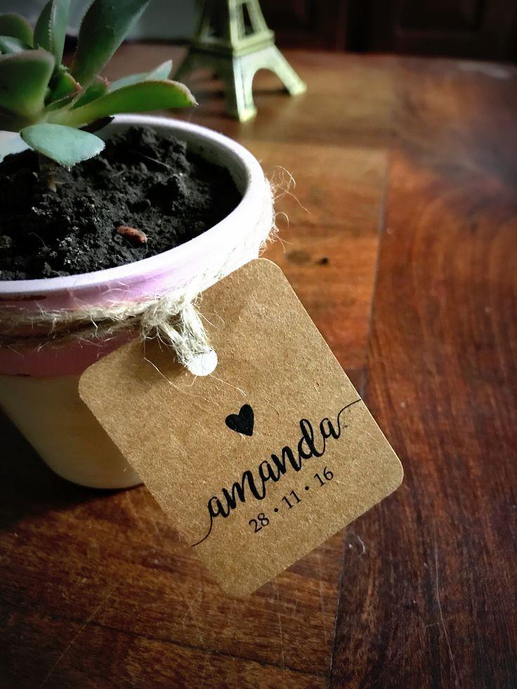 Maceta pequeña con tarjetita de papel madera #souvenirs #papelmadera #tags #etiquetas #tarjeta #planta #suculenta #macetaspintadas #eventos #cumpleaños